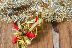 Decoração do Natal dourado e do ano novo no assoalho de madeira Fotografia de Stock