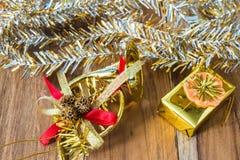 Decoração do Natal dourado e do ano novo no assoalho de madeira Fotos de Stock
