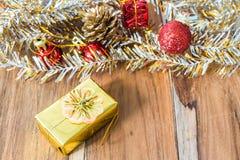 Decoração do Natal dourado e do ano novo no assoalho de madeira Imagens de Stock