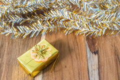 Decoração do Natal dourado e do ano novo no assoalho de madeira Imagem de Stock Royalty Free