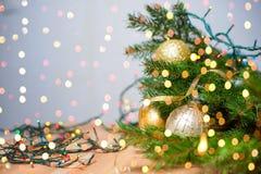 Decoração do Natal e do ano novo Fundo com festões, ouropel do feriado do Xmas, bola Imagens de Stock