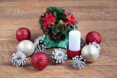 Decoração do Natal e do ano novo isolada em um fundo de madeira Foto de Stock