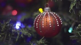 Decoração do Natal e do ano novo nos pontos Fundo borrado sumário do feriado de Bokeh Festão piscar Árvore de Natal vídeos de arquivo