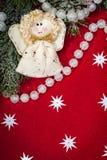 Decoração do Natal e brinquedo do anjo no vermelho imagem de stock royalty free