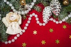 Decoração do Natal e brinquedo do anjo no vermelho imagens de stock
