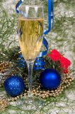 Decoração do Natal e champanhe dos wineglas Foto de Stock Royalty Free
