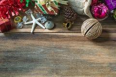 Decoração do Natal e do ano novo no fundo de madeira Fotos de Stock Royalty Free
