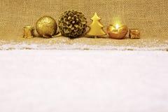 Decoração do Natal e vela douradas do advento Fotografia de Stock