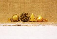 Decoração do Natal e vela douradas do advento Imagens de Stock Royalty Free