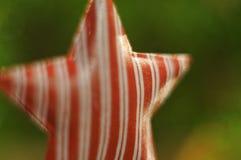 Decoração do Natal Estrela vermelha que pendura na árvore do xmas luzes Fundo Bokeh Foto de Stock
