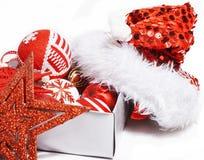 Decoração do Natal, fundo branco para cumprimentos do cartão, projeto do brinquedo no macro da árvore, presentes sob Santa Foto de Stock