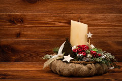 Decoração do Natal - grinalda do Natal e ramo conífero no fundo de madeira Imagem de Stock