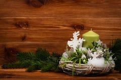 Decoração do Natal - grinalda do Natal e ramo conífero no fundo de madeira Foto de Stock