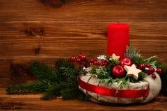 Decoração do Natal - grinalda do Natal e ramo conífero no fundo de madeira Fotos de Stock Royalty Free