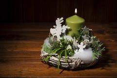 Decoração do Natal - grinalda do Natal no fundo de madeira Imagens de Stock