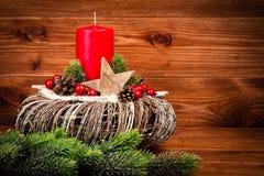 Decoração do Natal - grinalda e ramo conífero no fundo de madeira Fotografia de Stock Royalty Free