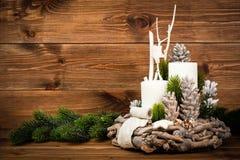 Decoração do Natal - grinalda e ramo conífero no fundo de madeira Fotografia de Stock