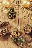 Decoração do Natal, grinalda no fundo de madeira Fotografia de Stock Royalty Free