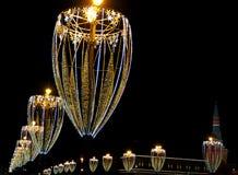 Decoração do Natal, iluminação de Moscou na ponte de Moskvoretsky, ao lado do Kremlin, Rússia imagem de stock