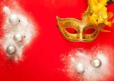 Decoração do Natal Máscara brilhante decorativa e bolas de prata no fundo vermelho, no conceito do feriado dos anos novos ou no c imagens de stock royalty free