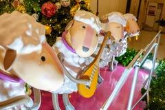 Decoração do Natal, música do jogo da rena na plaza central Rama Imagens de Stock