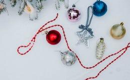 Decoração do Natal na neve com fundo do sumário do borrão foto de stock royalty free
