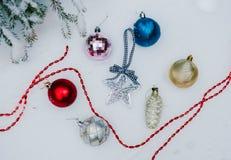 Decoração do Natal na neve com fundo do sumário do borrão imagem de stock royalty free