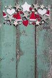 Decoração do Natal na parte superior no fundo de madeira verde gasto FO foto de stock royalty free