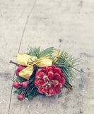 Decoração do Natal na placa de madeira Fotografia de Stock