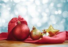Decoração do Natal no fundo abstrato Vermelho da bola do Natal fotos de stock royalty free