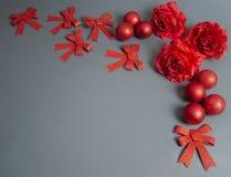 Decoração do Natal no fundo cinzento imagem de stock royalty free