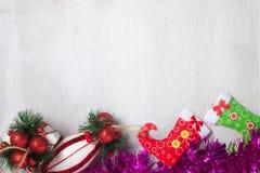 Decoração do Natal no fundo de madeira imagem de stock royalty free