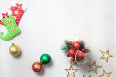 Decoração do Natal no fundo de madeira branco foto de stock royalty free