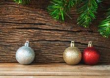 Decoração do Natal no fundo de madeira, ouro da bola do Natal, imagens de stock royalty free