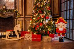 Decoração do Natal no interior da sala do grunge Fotografia de Stock Royalty Free