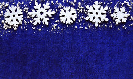 Decoração do Natal Os flocos de neve limitam no fundo azul com copyspace Fotografia de Stock Royalty Free