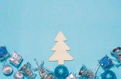 Decoração do Natal ou do ano novo em um chr de madeira do fundo azul Imagens de Stock