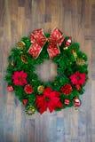 Decoração do Natal ou do ano novo: ramos verdes do abeto, porca, presente minúsculo, curva do presente e sino no fundo de madeira Imagem de Stock Royalty Free