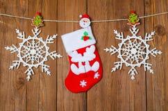 Decoração do Natal, peúgas vermelhas em um fundo de madeira Imagem de Stock Royalty Free