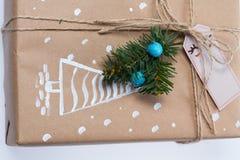 Decoração do Natal Presente em uma caixa empacotado em um envoltório Fotografia de Stock