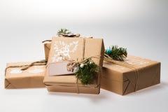 Decoração do Natal Presente em uma caixa empacotado em um envoltório Imagens de Stock Royalty Free