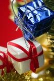 Decoração do Natal, presentes de Xtmas, fundo vermelho imagem de stock royalty free