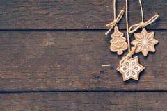 Decoração do Natal que pendura no fundo de madeira com copyspace Foto de Stock Royalty Free
