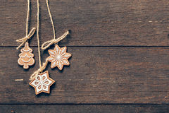 Decoração do Natal que pendura no fundo de madeira com copyspace Foto de Stock