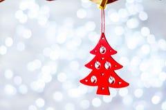 Decoração do Natal que pendura sobre o fundo azul de madeira, cartão de Natal imagens de stock royalty free