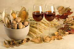 Decoração do outono com vinho fotografia de stock royalty free