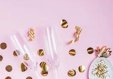 Decoração do partido de vidros dourados da cor e do champanhe no fundo cor-de-rosa imagem de stock royalty free