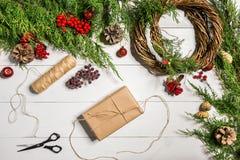 Decoração do presente do Natal com DIY feito a mão em um fundo de madeira branco Faça-o por si próprio fotografia de stock