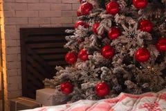 Decoração do ` s do ano novo Árvore de Natal, ano novo, com bolas vermelhas e a decoração branca caixas brancas com os presentes  imagem de stock