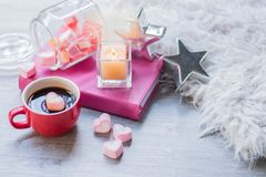 A decoração do Valentim na tabela de madeira foto de stock royalty free